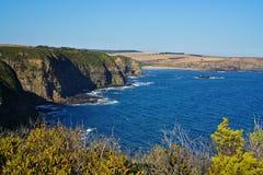Pokojowy morze z niebieskim niebem w tle obrazy stock