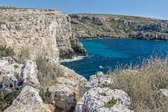 Pokojowy ocean z falezą w Malta zdjęcie stock
