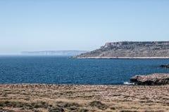 Pokojowy ocean z falezą w Malta obraz royalty free
