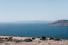 Pokojowy ocean z falezą w Malta fotografia stock
