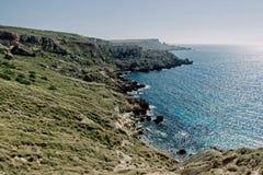 Pokojowy ocean z falezą w Malta obrazy royalty free