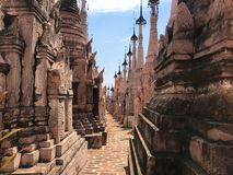 Pokojowy pagodowy przejście w Myanmar obraz stock