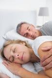 Pokojowy pary dosypianie i spooning w łóżku Zdjęcie Stock
