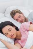 Pokojowy pary dosypianie w łóżku Fotografia Royalty Free