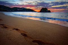 Pokojowy plażowy miejsce przeznaczenia wschód słońca z krokami na piasku Fotografia Stock