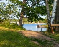 Pokojowy położenie ławka w parku przy Chippewa Flowage linia brzegowa zdjęcia stock