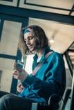 Pokojowy przystojny młody człowiek w bandanach skupia się na zdolność jego instrument fotografia royalty free