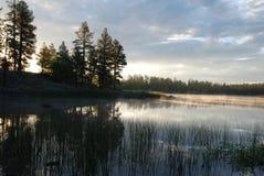 Pokojowy ranku wschód słońca z ranek mgłą przy obozowiskami Biały Koń jezioro, Williams AZ Zdjęcia Stock