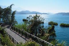 Pokojowy słoneczny dzień na jaskrawy błękitnym nawadnia słońca Księżyc jezioro obrazy royalty free