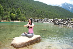 Pokojowy szczęśliwy życie, niestaranny Azjatycki Chiński kobiety joga obraz stock