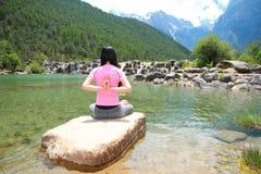 Pokojowy szczęśliwy życie, niestaranny Azjatycki Chiński kobiety joga zdjęcia stock