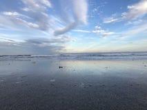 Pokojowy widok ATLANTYCKI ocean PRZED PATRICK ` S bazą lotniczą W MELBOURNE, FLORYDA zdjęcie stock