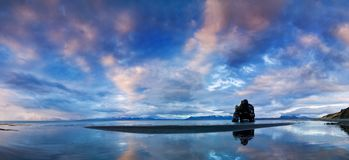 Pokojowy widok Atlantycki ocean przy świtem Lokacji miejsce Hvitserkur, Vatnsnes półwysep, Iceland, Europa Sceniczny wizerunek obrazy royalty free