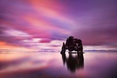 Pokojowy widok Atlantycki ocean przy świtem Lokacji miejsce Hvitserkur, Vatnsnes półwysep, Iceland, Europa Sceniczny wizerunek zdjęcia stock
