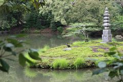 Pokojowy widok jezioro w Kyoto, Japonia zdjęcie royalty free