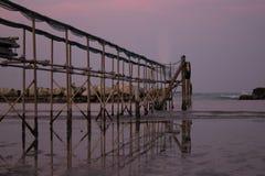 Pokojowy wieczór na brzeg z scenicznym różowym zmierzchem odbijającym na wodnej mrówki kruszcowym molu; adriatic morze zdjęcia royalty free