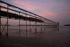 Pokojowy wieczór na brzeg z scenicznym różowym zmierzchem odbijającym na wodnej mrówki kruszcowym molu; adriatic morze obraz royalty free