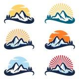 Pokojowy Wiecznozielony Sosnowy słońce Halnego szczytu logo set ilustracja wektor