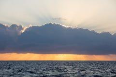 Pokojowy wschód słońca i chmury w morzu karaibskim obraz stock