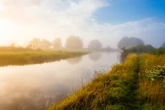 Pokojowy wschód słońca, mgłowa rzeka w spokojnym obszarze wiejskim zdjęcie royalty free