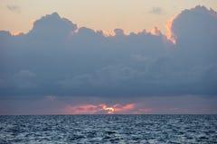 Pokojowy wschód słońca w morzu karaibskim obrazy stock