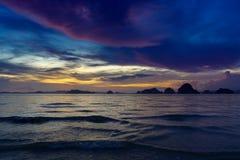 Pokojowy zmierzch z wyspa widokiem zdjęcie stock