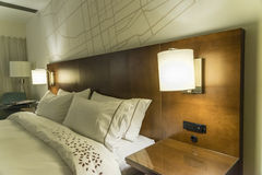 Pokoju hotelowego łóżko Zdjęcie Stock