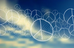 Pokoju symbol nad niebieskiego nieba zamazanym tłem Fotografia Stock