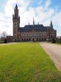 Pokoju trawnik przed domem i pałac Zdjęcia Royalty Free