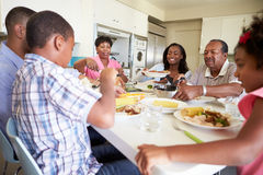 pokolenia Rodzinny obsiadanie Wokoło Stołowego łasowanie posiłku fotografia royalty free