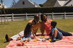 Pokolenie rodzina oddziała wzajemnie i śmia się z each inny w podwórko obraz royalty free