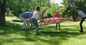 Pokolenie rodzinna umieszcza koc w parku zbiory