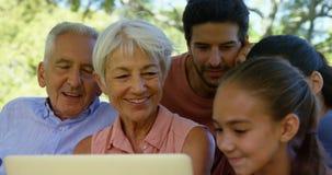 Pokolenie rodzinny używa laptop w parku 4k zdjęcie wideo