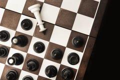 Pokonujący biały szachowy królewiątko fotografia royalty free