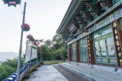 Pokpoam偏僻寺院,在臭虫山石峭壁兴建的老佛教寺庙在Oegok市 库存图片