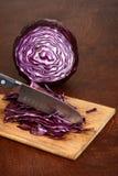 Pokrajać czerwonej kapusty z kuchennym nożem Zdjęcie Stock