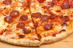 pokrajać pepperoni pizza obraz stock