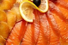Pokrajać różnej czerwieni, białej ryby na talerzu z i zdjęcie stock