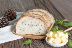 Pokrajać Sezamowy chleb z masłem Obraz Stock