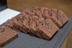 pokrajać tortowa czekolada Pokrojony domowej roboty punktów wierza Słodki i mokrawy czekoladowy deser Stos Wyśmienicie Czekoladow Obrazy Royalty Free