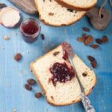 pokrajać chlebowa rodzynka Fotografia Stock