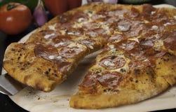 pokrajać pepperoni pizza Zdjęcia Stock
