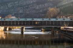 Pokrit πιό πολύ ή καλυμμένη γέφυρα σε Lovech, Βουλγαρία Ιστορικό τουριστικό αξιοθέατο στην παλαιά πόλη Lovech Για τους πεζούς γέφ στοκ φωτογραφίες με δικαίωμα ελεύθερης χρήσης