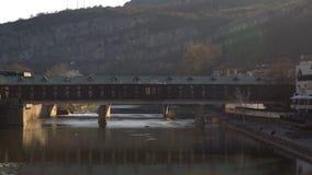 Pokrit m?s o puente cubierto en Lovech, Bulgaria Atracci?n tur?stica hist?rica en la ciudad vieja de Lovech Puente peatonal sobre metrajes