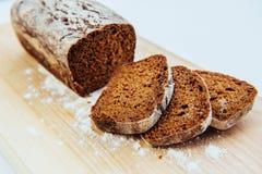 Pokrojeni chlebów plasterki na drewnianym stole Obrazy Stock