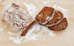 Pokrojeni chlebów plasterki na drewnianym stole Obraz Royalty Free