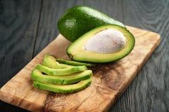 Pokrojeni dojrzali avocados na oliwnej tnącej desce Obraz Royalty Free