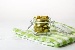 Pokrojeni korniszony przekąska Pojęcie jest zdrowym jedzeniem, vegetariani Obrazy Stock