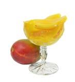 Pokrojeni mango w słodkim syropie w wysokim krystalicznym szkle Obraz Royalty Free