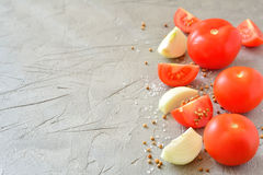 Pokrojeni pomidory i cebule na szarym tle Zdjęcie Stock